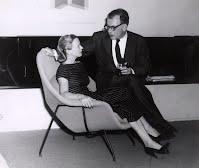 """Eero ysu esposa Aline usando el modelo 70 de Knoll """"The Womb Chair"""""""